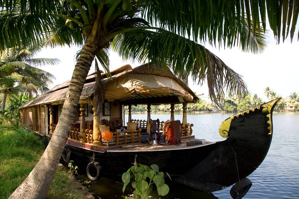 A-houseboat-in-the-backwaters,-alleppey